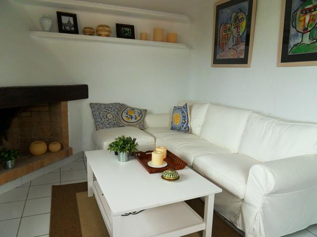 salon avec canapés en blanc