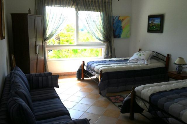 chambre avec deux lits dans une maison