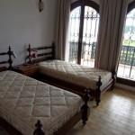 chambre a coucher avec 2 lits